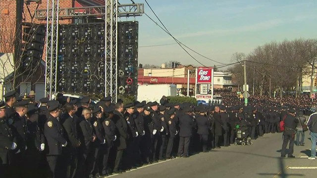 vo nypd officers turn backs on de blasio at funeral_00002519.jpg