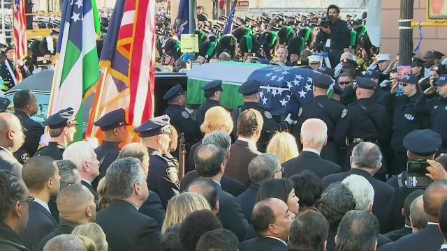 cnnee vega us ny farewell policeman ramos_00000827.jpg