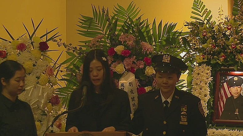 nr sot slain nypd officers wife speaks at funeral _00004025