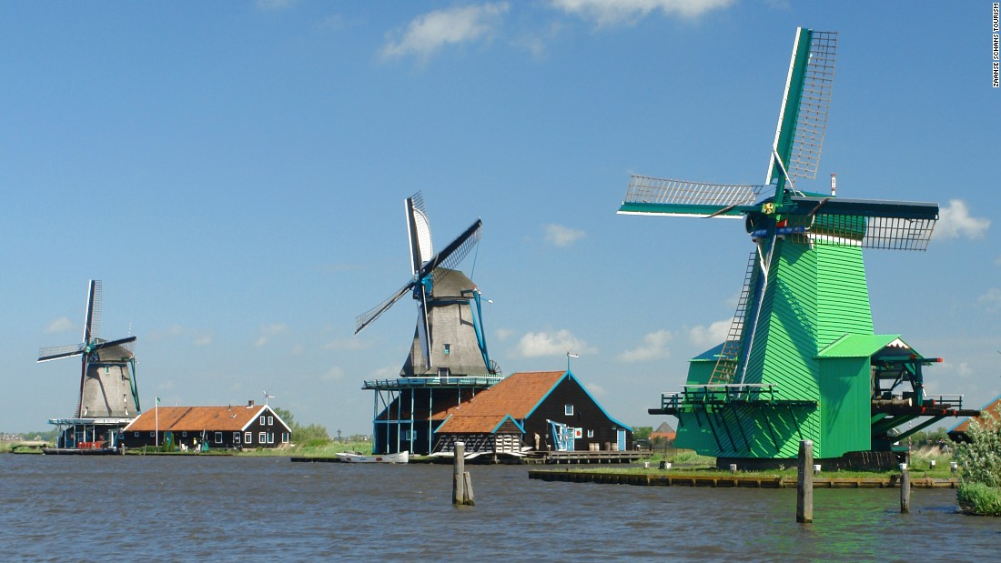 The windmills can rotate through 360˚, the tail pointing the sails towards the wind.