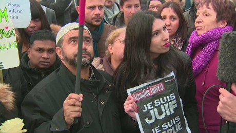 Muslims hold 'Je Suis Juif' signs in Paris