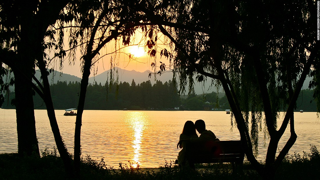 Lovers get more privacy at romantic West Lake in Hangzhou, thanks to the Chinese president.