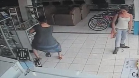 cnnee costa rica woman steals tv in her skirt_00003210