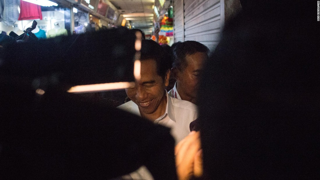 The hallways quickly became impassable as word spread through the market's multiple floors that Jokowi was among them.<br /><br />Bodyguards did their best to hold back the crush, as storekeepers and shoppers reached in for handshakes and selfies.