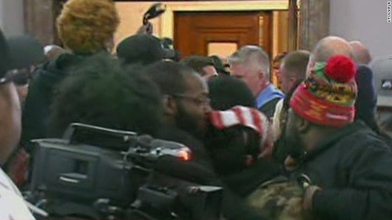 newday sidner st louis city hall meeting fight_00004210