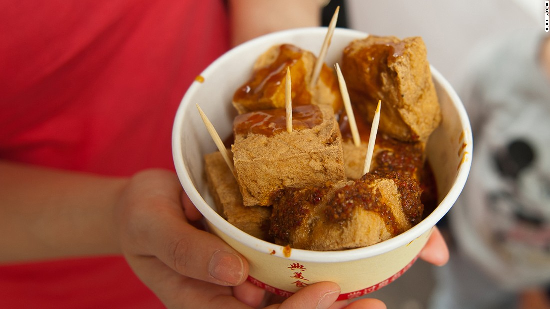 Recipes vary from region to region, but the basic method is to let bean curd ferment in a special brine then deep-fry it. Stinky tofu can be eaten with chili sauce, soy sauce, sesame oil or kimchi.