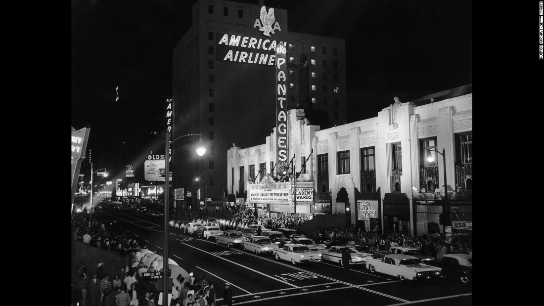 Cars and crowds gathered at Pantages Theatre for the Academy Awards in April 1959.