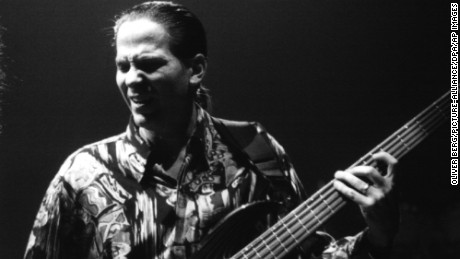 ARCHIV - Bassist Mike Porcaro (r) und Gitarrist Steve Lukather der US-Rockgruppe Toto bei ihrem Auftritt am 18.10.1992 in Frankfurt am Main (Hessen). Porcaro starb an den Folgen der Nervenkrankheit ALS (Amyotrophe Lateralsklerose), sagte ein Sprecher der Plattenfirma der Band der dpa am 16.03.2015. Photo by: Oliver Berg/picture-alliance/dpa/AP Images