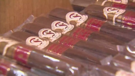cnnee pkg rodriguez miami tobacco market_00022716