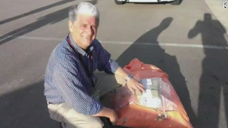 pkg man found bag of cash on road_00012420.jpg