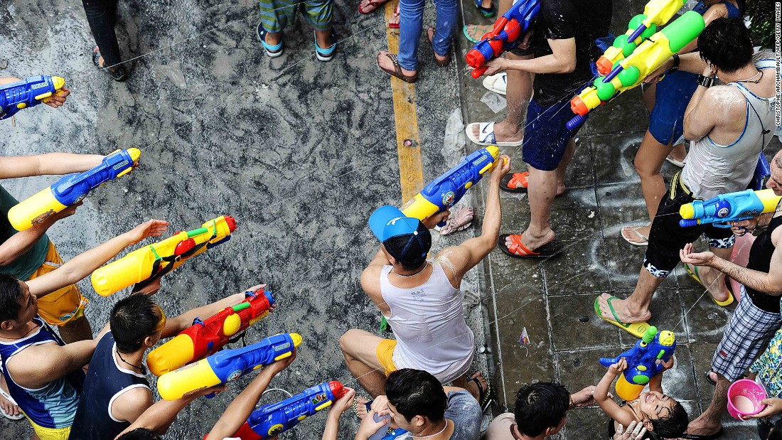 You can fight with water pistols (or in some cases, huge water guns), water buckets (big or small), plastic cups (avoid glass) and even garden hoses. For safety reasons, high pressure guns or hoses are prohibited -- if used, they'll be confiscated and a hefty fine might be issued.<br />Most people on the streets are fair game, but try not to shoot passersby in the eyes, as this is considered dangerous and irritating.<br />