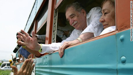 Colombian Nobel Prize for Literature 1982 Gabriel Garcia Marquez (L) and his wife Mercedes Barcha lean out of the window of the train they are taking to got to his hometown Aracataca 30 May, 2007 in Santa Marta, Colombia.