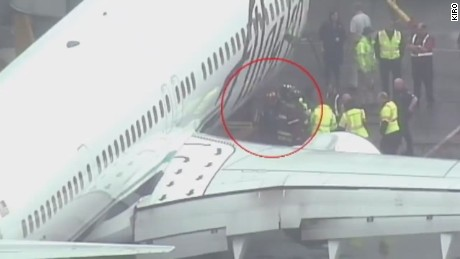 pkg ramp agent trapped alaska air flight_00001512