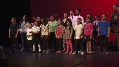 cnnee pkg santana nyc latino kids choir_00000802