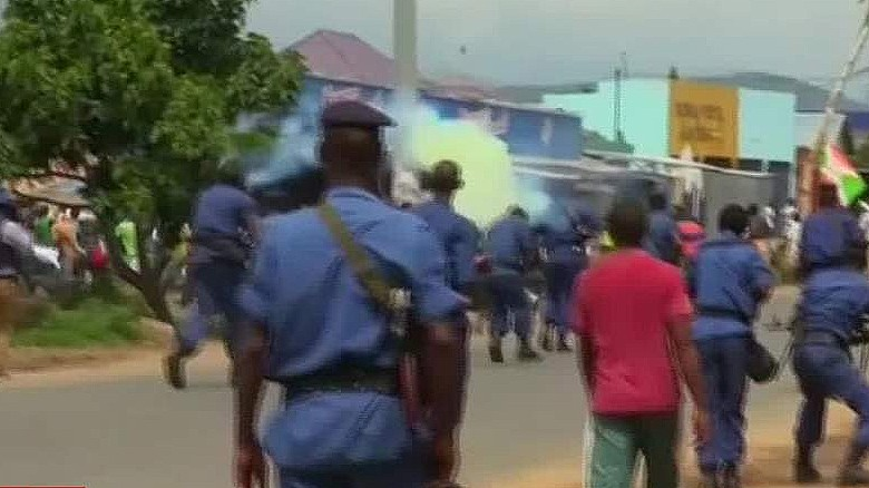lklv  kriel burundi protesters clash with police_00013622