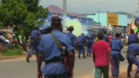 lklv  kriel burundi protesters clash with police_00013622
