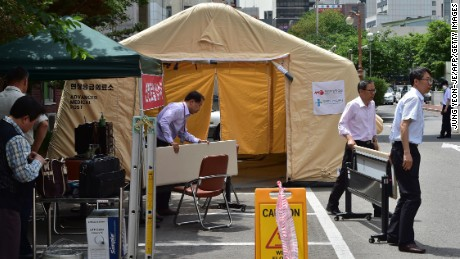 South Korean hospital workers set a separated emergency center for MERS cases at the National Medical Center in Seoul on June 1, 2015. South Korean President Park Geun-Hye scolded health officials on June 1, over their response to an outbreak of the MERS virus, as the number of infections climbed to 18, with nearly 700 under observation. Major South Korean hospitals are setting up special MERS clinic rooms to fight the disease. AFP PHOTO / JUNG YEON-JE