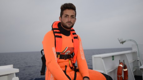 orig mediterranean migrants rescue swimmer_00002111