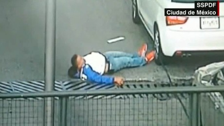cnnee pkg video viral botched robbery mexico city _00002927.jpg