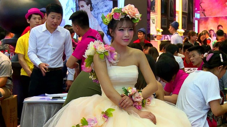 Chinese say 'I do' to no-frills weddings
