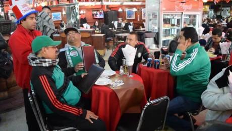 cnnee pkg antonanzas chile reporter futbol camera _00020707