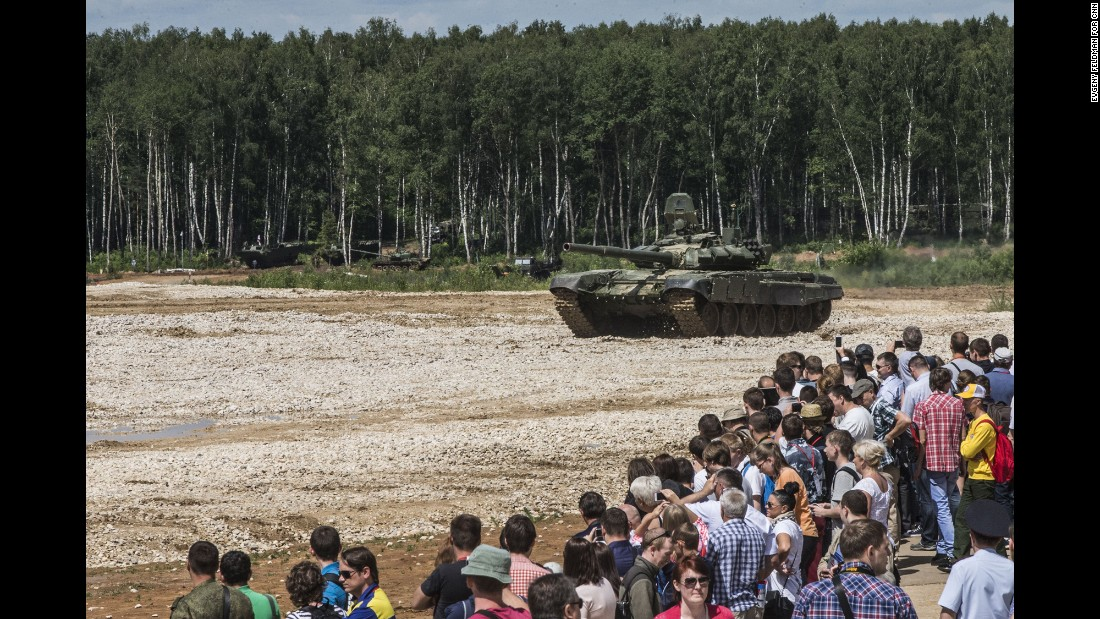 Dozens watch a Russian tank demonstration.