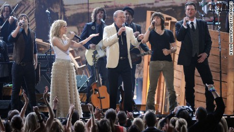 LOS ANGELES, CA - FEBRUARY 12: (L-R) Musicians Neil Perry and Kimberly Perry of The Band Perry, Glen Campbell, Reid Perry of The Band Perry and Blake Shelton perform onstage at the 54th Annual GRAMMY Awards held at Staples Center on February 12, 2012 in Los Angeles, California.  (Photo by Kevin Winter/Getty Images)