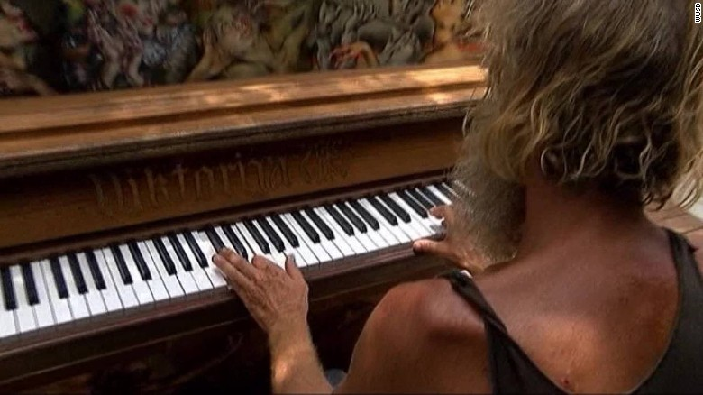 Homeless man wows with piano performance