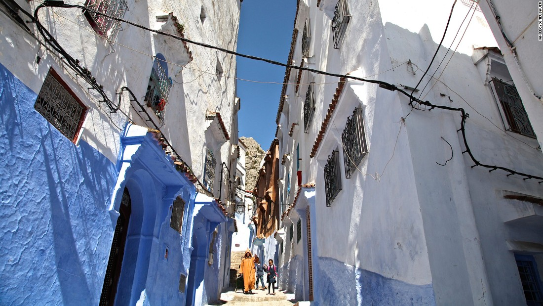 In this typical Choauen streetscape, the textured lower half and the whitewashed upper half of the walls are remarkably similar to those seen in villages like Campo de Criptana in the south of Spain. Various gradients of blue can be seen within the ramparts of Choauen's medina. Over time they are discolored by dirt, mold and dust to create purple and green shades.
