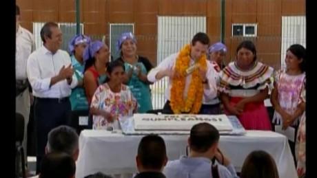 cnnee vo pena nieto drop cake birthday _00001019