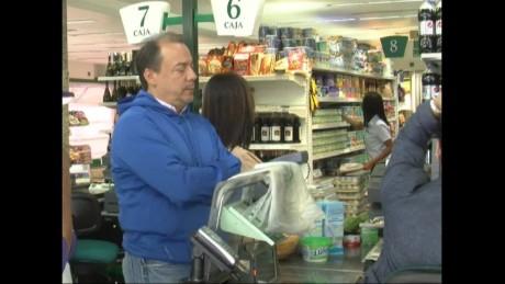 cnnee pkg hernandez venezuela food to publi stores_00000916