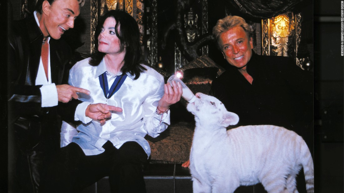 World-renowned illusionists Siegfried (left) and Roy (right) pose with late singer Michael Jackson (center) and Apollo, a rare white Siberian tiger, backstage at the Mirage Hotel and Casino on August 6, 2002 in Las Vegas, Nevada.