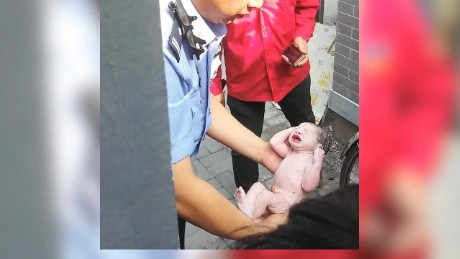 newborn baby pulled alive from toilet beijing_00001413