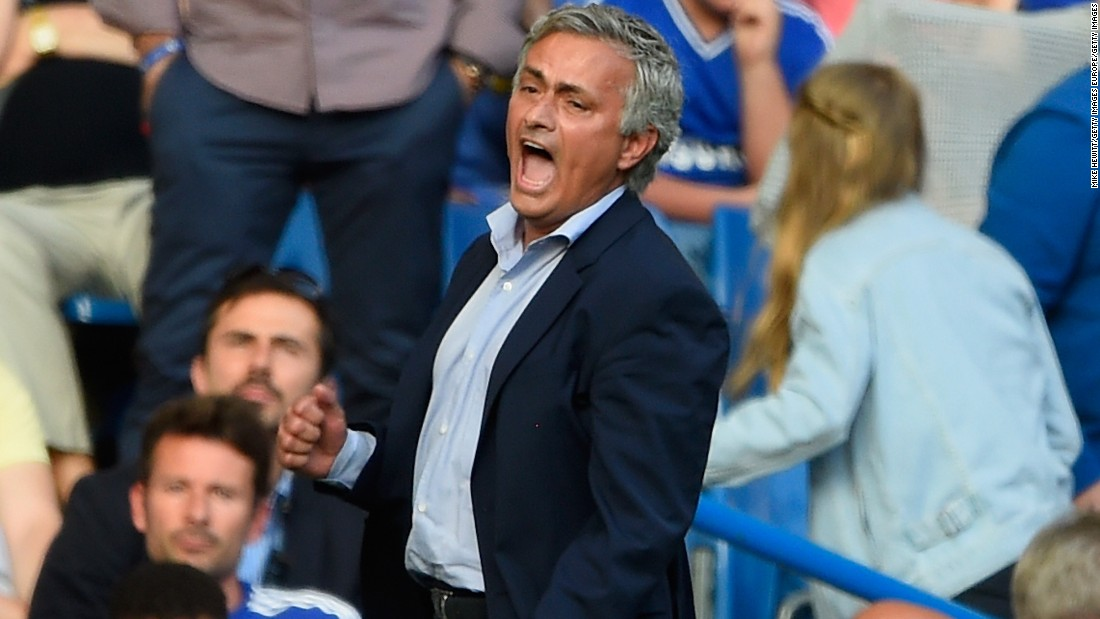 Mourinho, who publicly criticized his medical team after the match, vents his anger on the touchline.