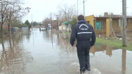 cnnee pkg laje argentina floods_00001905
