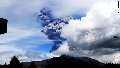 Volcano spews ash Ecuador Cotopaxi_00000000