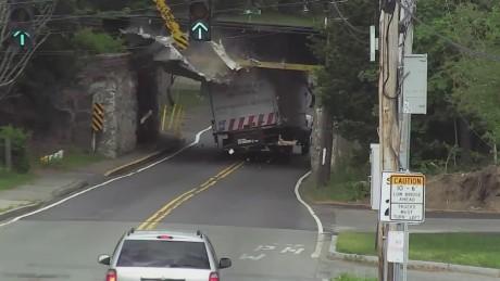 cnnee vo truck roof peeled_00000707