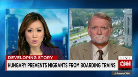 exp Hungary Prevents Migrants From Boarding Trains_00002001
