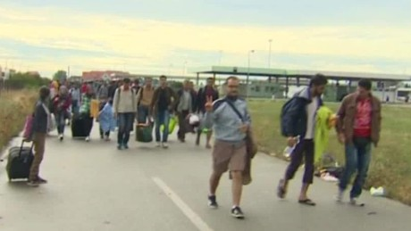 Austrians give food, water, train tickets to migrants