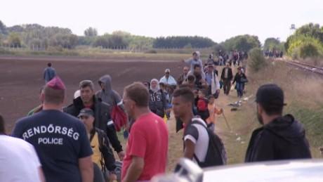 cnnee okg damon border serbia hungria refugees_00003006