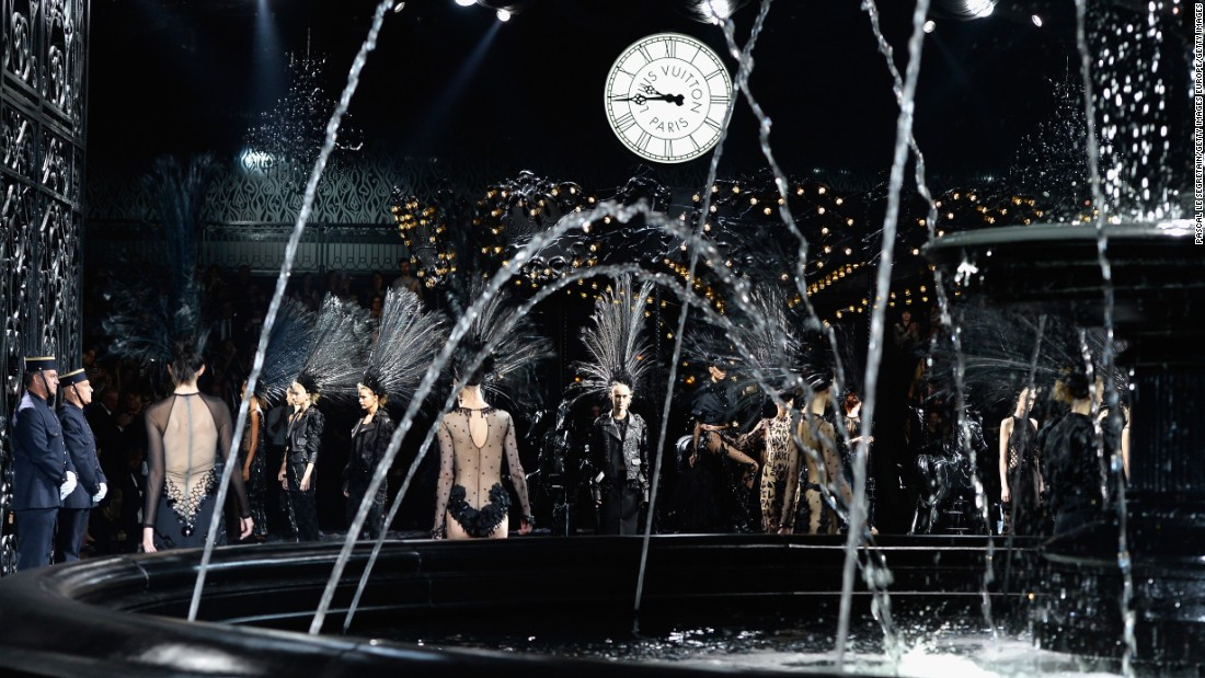 This was the final Louis Vuitton collection designed with Marc Jacobs. For his final project with the fashion house, he paid tribute to his previous shows, with props such as escalators and carousels returning to the catwalk, but this time in all black.