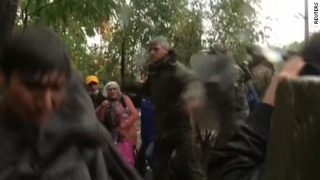 macedonia police swings baton refugees ct_00000522