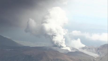 cnnee vo japans mount aso erupts_00004528