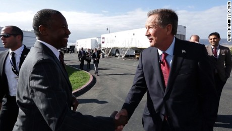 Presidential Candidate John Kasich and Ben Carson shake hands