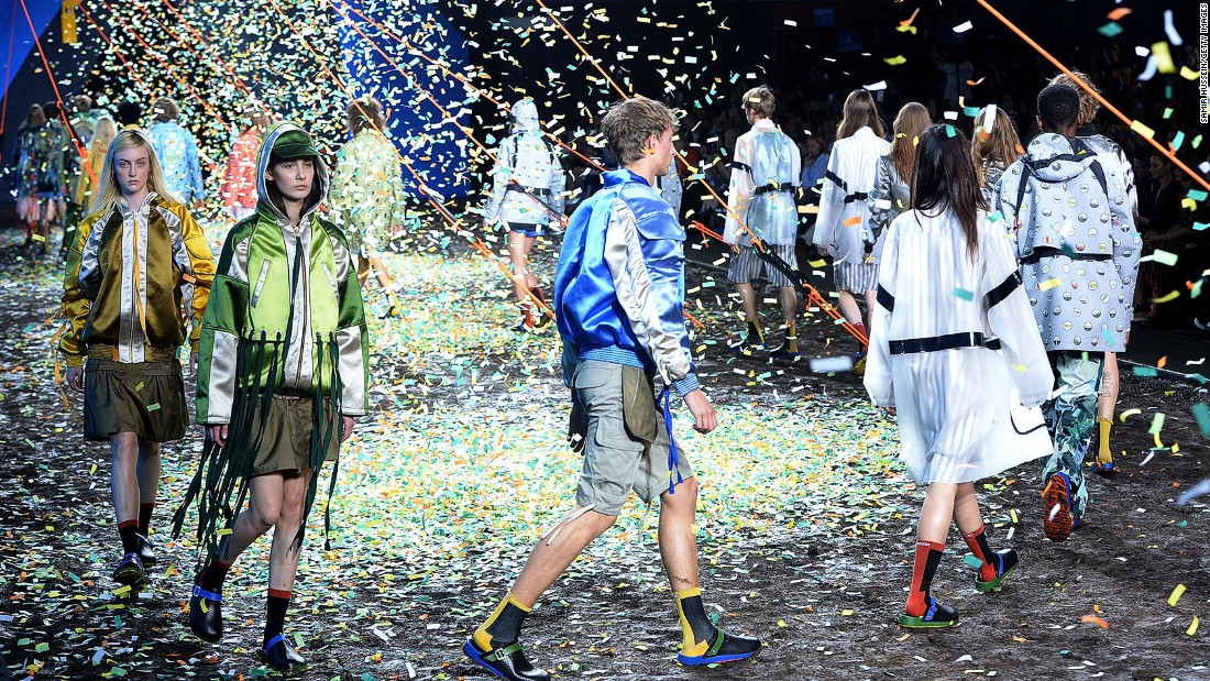 Hunter Original is known for their wellington boots, so it's only natural that water would factor into their runway shows. Last season it was runway surrounded by pools and waterfalls. This season they kept it simple with a confetti rain storm.