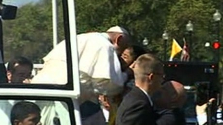 Pope Francis kiss children parade_00000000