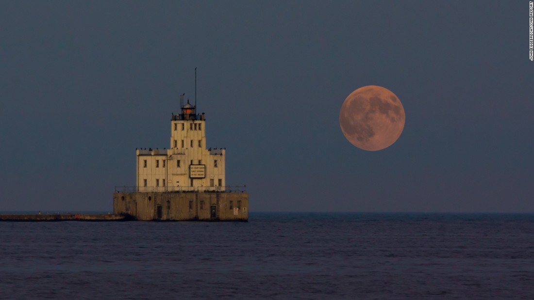 "Another photo by <a href=""http://ireport.cnn.com/docs/DOC-1273201"">Eggebrecht</a> of the supermoon rising over Lake Michigan in Milwaukee. The forecast called for cloud coverage throughout the area, but the skies cleared to reveal a large red moon. ""The entire process was incredible,"" he said."