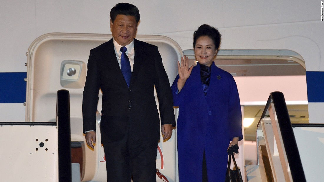 Xi and Peng arrive at the airport.