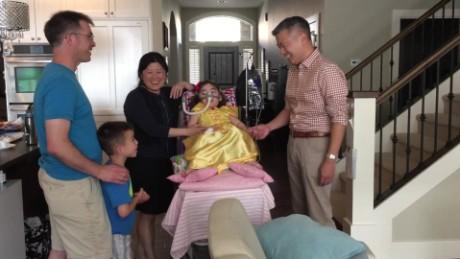 Julianna Snow's family sings prayer_00002320