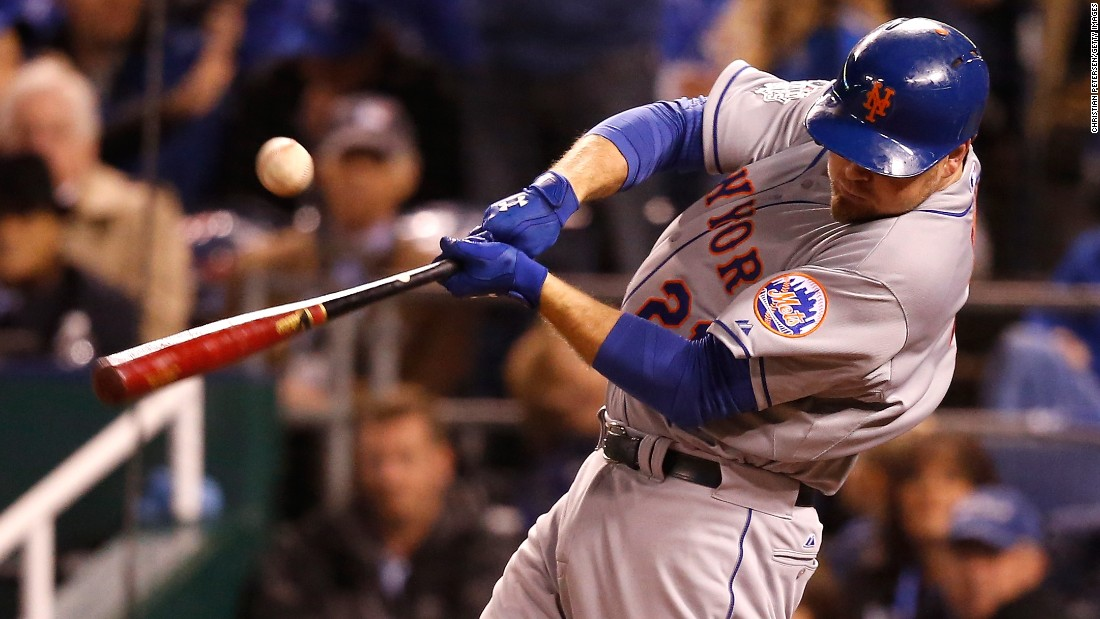 Lucas Duda of the Mets hits an RBI single to score teammate Daniel Murphy in the fourth inning.